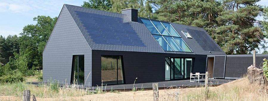 Leien dak met zonnepanelen van Eternit