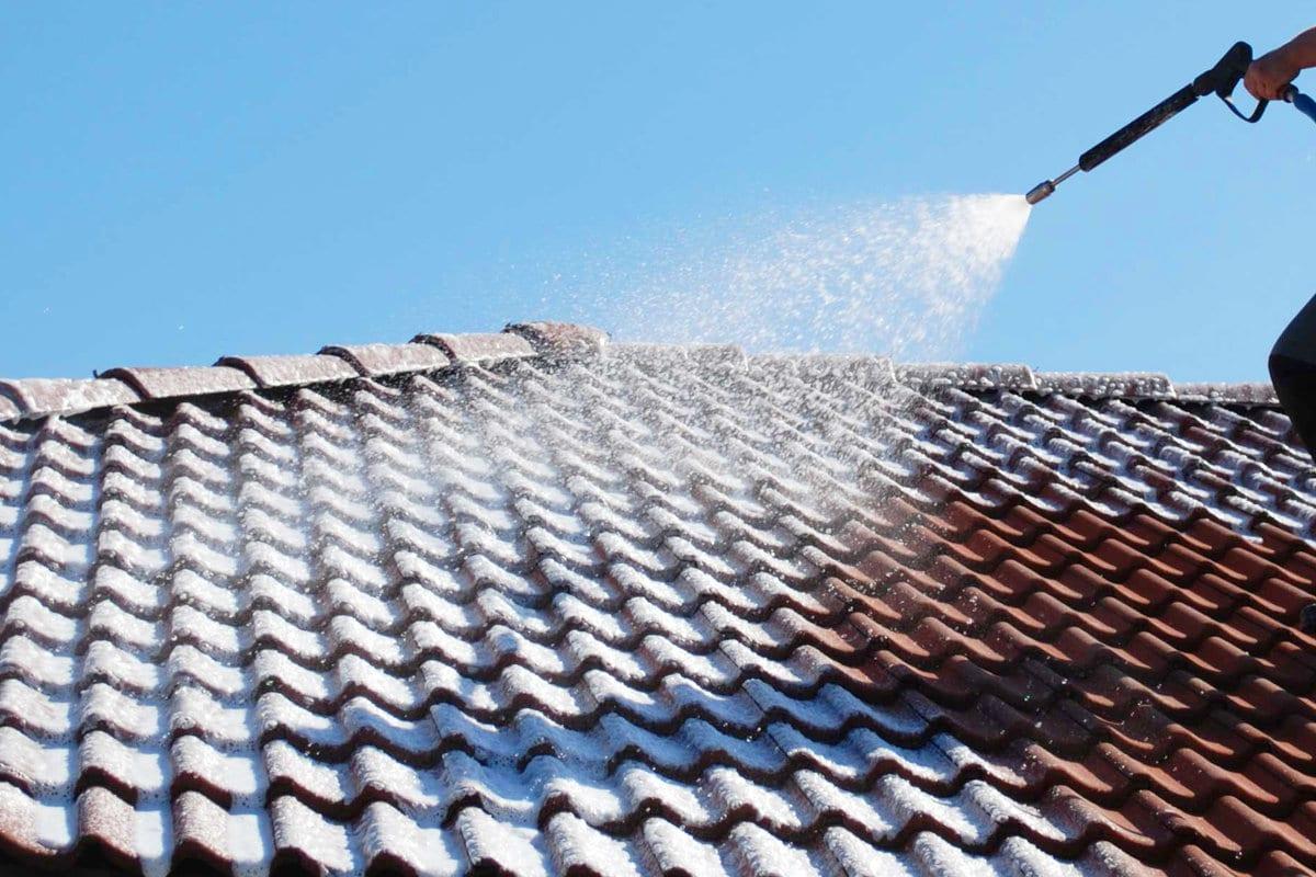 Genoeg Dakpannen reinigen en ontmossen: Kosten & Werkwijze GQ16